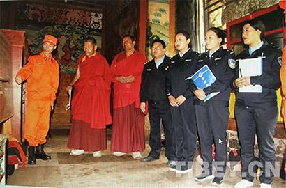 图为2018年3月,强巴林寺的消防安全检查。(图片来源:强巴林寺寺管会提供)