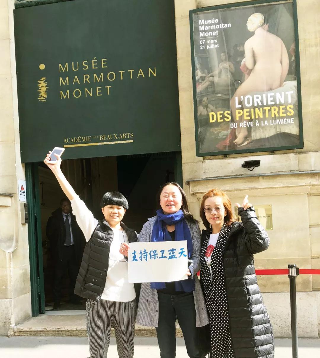 蓝丝带在法国——旅法艺术家姜沛在埃菲尔铁塔前