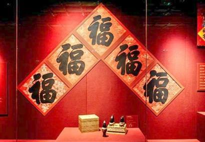 清朝五位皇帝亲笔书写的福字,成为了这次展览中最受追捧的展品之一。