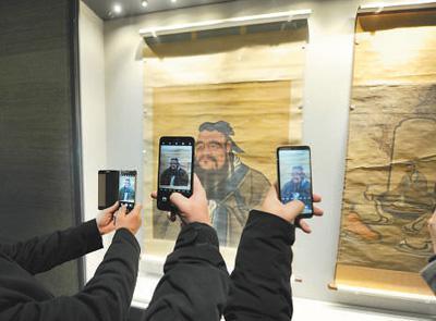 观众纷纷拿出手机拍摄孔子画像 (人民视觉 杨国庆摄)