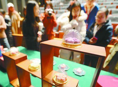 本月17日,《红楼梦》文化展将在国博展出。今天上午,多种红楼文化创意产品提前展示。本报记者 甘南摄
