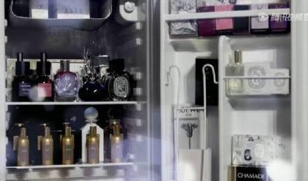 对收藏香水有着独有热爱的戚薇,在冰箱里还有收藏长达60年的古董香水!