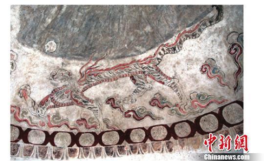 墓室里的白虎图。 考古研究所提供 摄