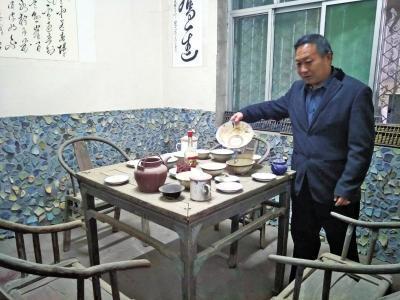 八仙桌上摆满了碗碟,四把太师椅等您入座。