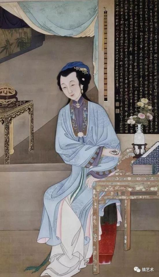 仕女手持精美的珐琅表坐于书案旁。桌上瓶中插有菊花,点明了时值八月时节。