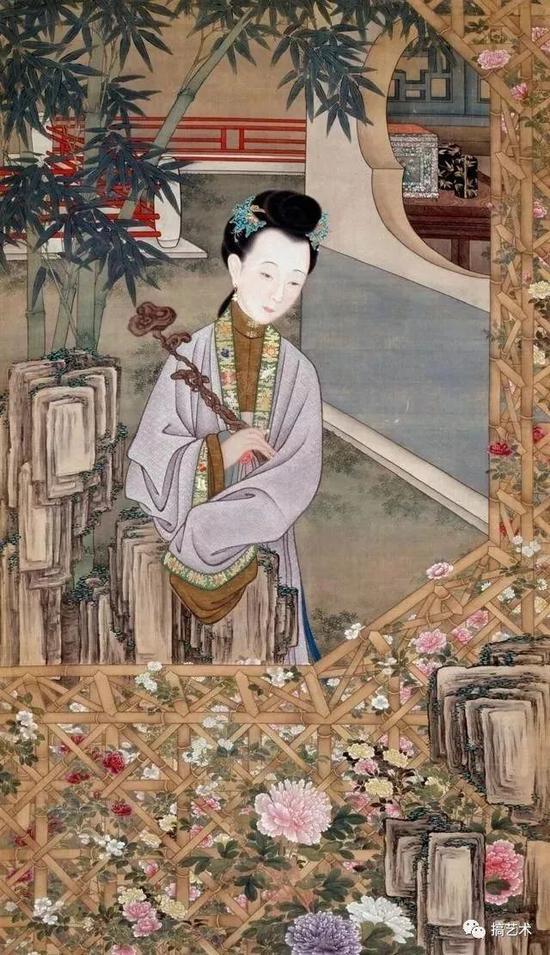 仕女手持如意,立于天井内赏花。篱笆处繁花似锦,花团锦簇。