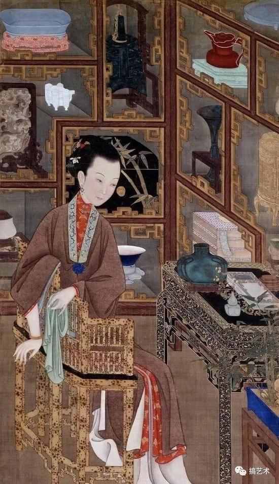 仕女坐于斑竹椅上垂目沉思。身侧环抱着陈列各类器物的多宝格。