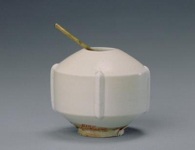 定窑白釉出戟水丞,五代,高5.4cm,口径2.1cm,足径2.8cm。故宫博物院藏。