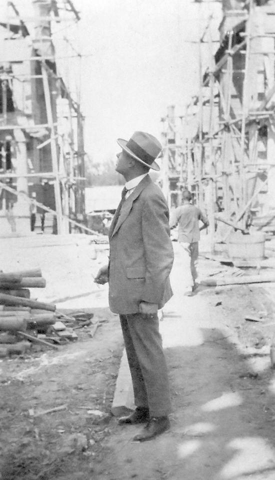 1919年,邬达克在巨籁达路(今巨鹿路)住宅建筑工地上的留影。