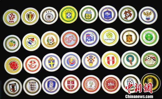 匠人:32支球队队徽做成金丝彩沙画