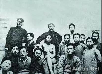 1936年徐悲鸿与吴作人等在中央大学艺术系与模特合影