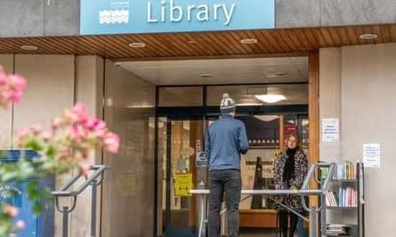 英国公共图书馆,图片来源:《卫报》
