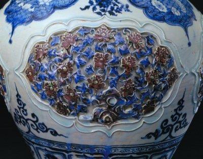 青花釉里红镂雕盖罐腹部四季园景