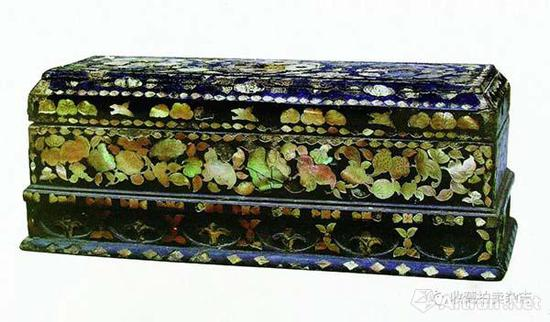 现藏江苏省苏州博物馆,属于厚螺钿的漆器作品
