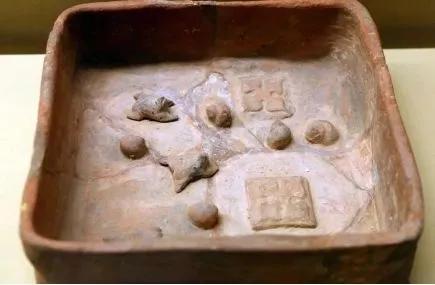 陕西汉中东汉墓出土的养鲤池模型,可见汉代时人们确实是憋鲤同养的