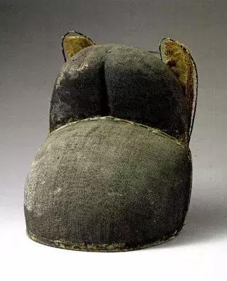 鲁荒王乌纱折上巾(山东博物馆藏)