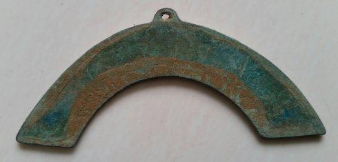 上图花叶纹饰铜璜,重17、5克