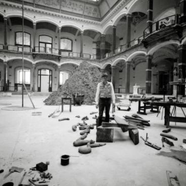 """约瑟夫·博伊斯在位于马丁-葛洛皮乌斯美术馆的展览""""时代精神""""上,1982。图片:copyright"""