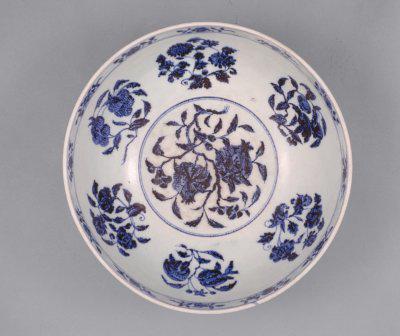 青花缠枝莲纹碗碗内图案