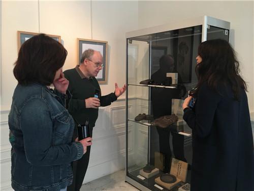 馆长Guillemette Coulomb女士和Christophe COMENTALE先生在展览现场