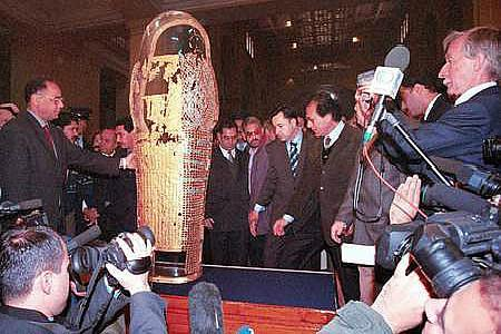 埃及老金棺盒终于被运回埃及博物馆