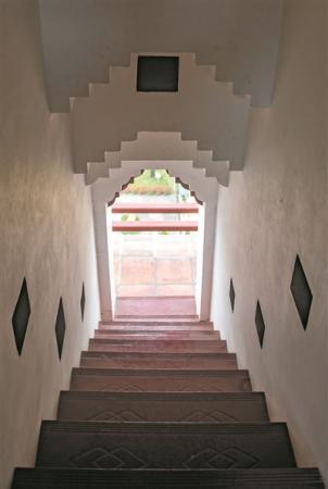 台阶两侧有摆放蜡烛的凹槽
