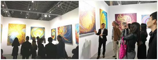 左图为展览现场;右图为经纪人Victor为观众现场讲解