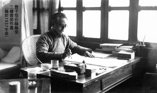 1937年春,丰子恺在缘缘堂二楼书房作画