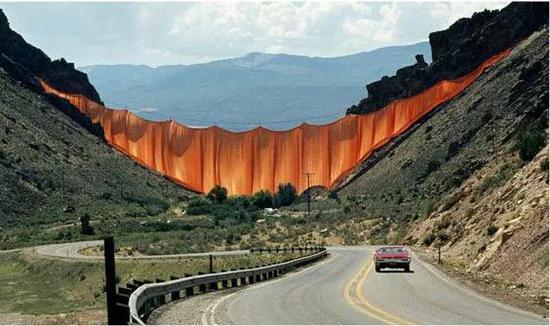 """克里斯托作品""""峡谷垂帘(Vallery Curtain)1970 - 1971"""""""