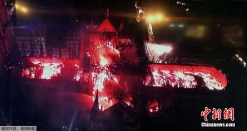 俯瞰巴黎圣母院火灾现场,屋顶熊熊燃烧成火海。