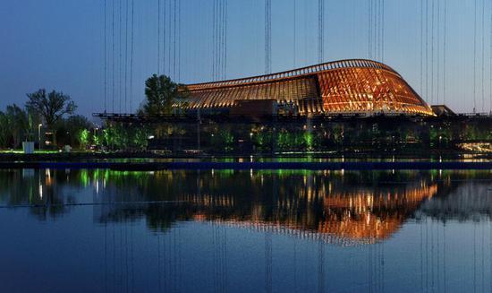 中国馆倒映在妫汭湖中。