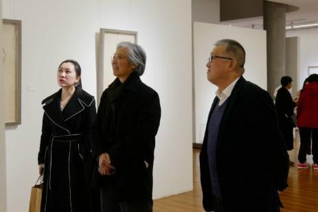 唐勇力教授与崔晓东馆长参观展览