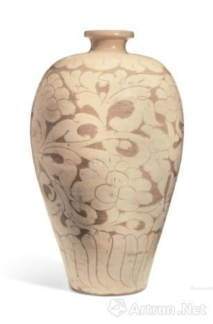 5、金/元 磁州窑黑剔花卷草纹玉壶春瓶 8.8万美元