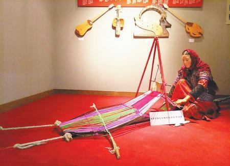 哈萨克族妇女制作毡房彩带场景
