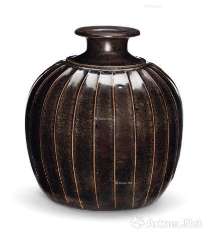 8、北宋 磁州窑黑剔花牡丹纹小瓶 5.3万美元