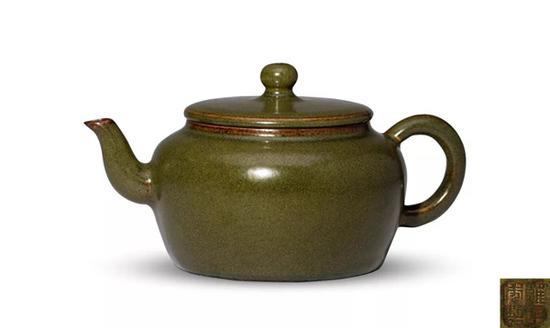 Lot 1040   清雍正   茶叶末釉茶壶   17.1 cm 宽   成交价: HK$ 5,428,000