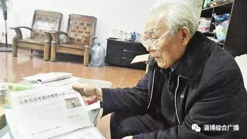 在众多的老报藏品中,有国家载人航天消息的报纸是老人最钟爱的。