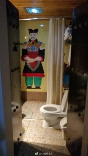 卫生间墙壁上的兵马俑图案。微博截图