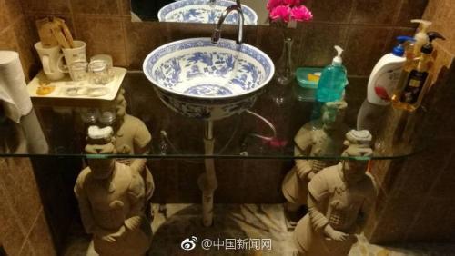 """洗手台由四个俑""""顶""""着。微博截图"""