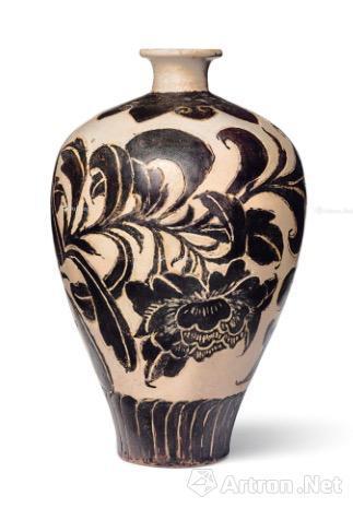 4、北宋/金 磁州窑剔花卉纹玉壶春瓶 8.8万美元