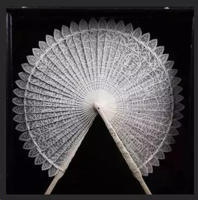 象牙镂雕扇柄花卉人物纹团扇