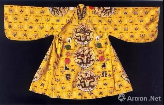 ▲博物馆复制出的明定陵十二章纹衮服