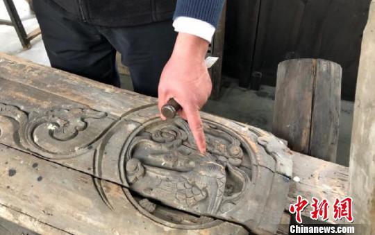 胡亚峰进行雕刻修复 王嘉斌 摄