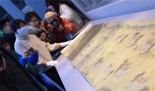 ▲躺在故宫文物医院的《丝路山水地图》