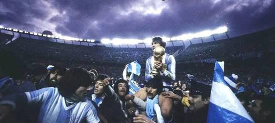 1978年阿根廷夺冠,Daniel Passarella手捧大力神杯