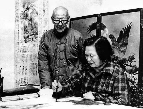 晚年的张伯驹、潘素夫妇在作画。