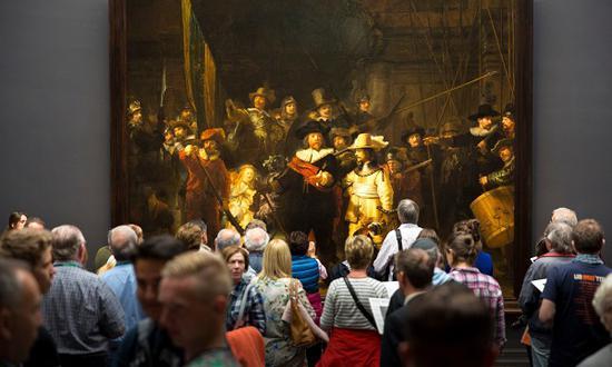 人们在阿姆斯特丹国立博物馆驻足欣赏《夜巡》?Tim Graham/Getty Images