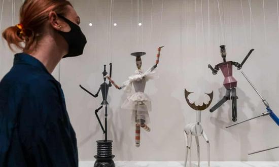 泰特现代美术馆展厅现场,苏菲·陶柏-阿尔普木偶作品