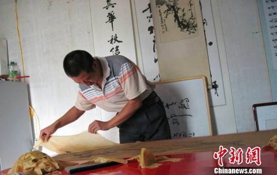河北匠人演绎百年装裱修复技艺