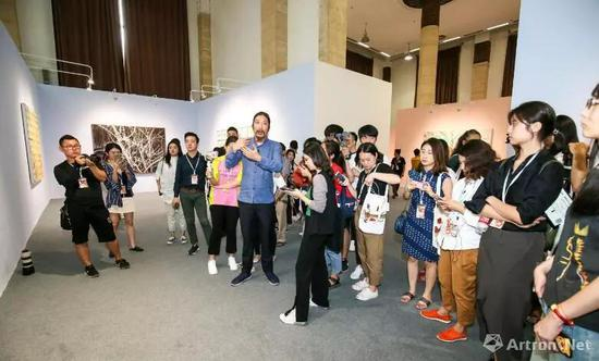 北京当代·艺术展艺术总监鲍栋进行导览 图片 北京当代